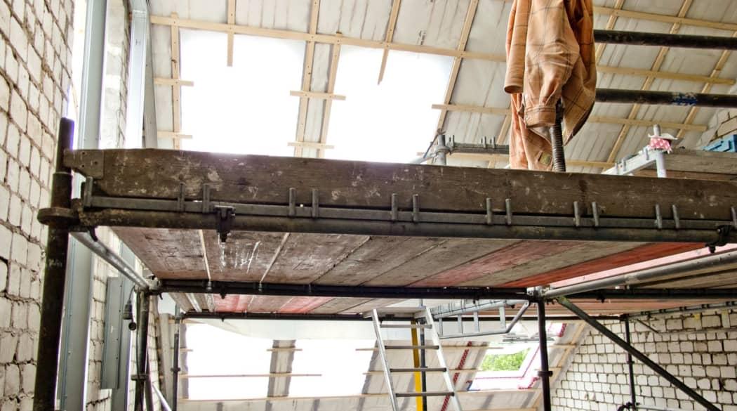 Ein Baugerüst in einem Raum, der umgebaut wird