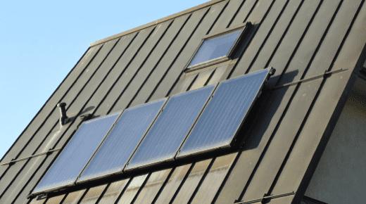 Ein Blechdach mit Photovoltaik