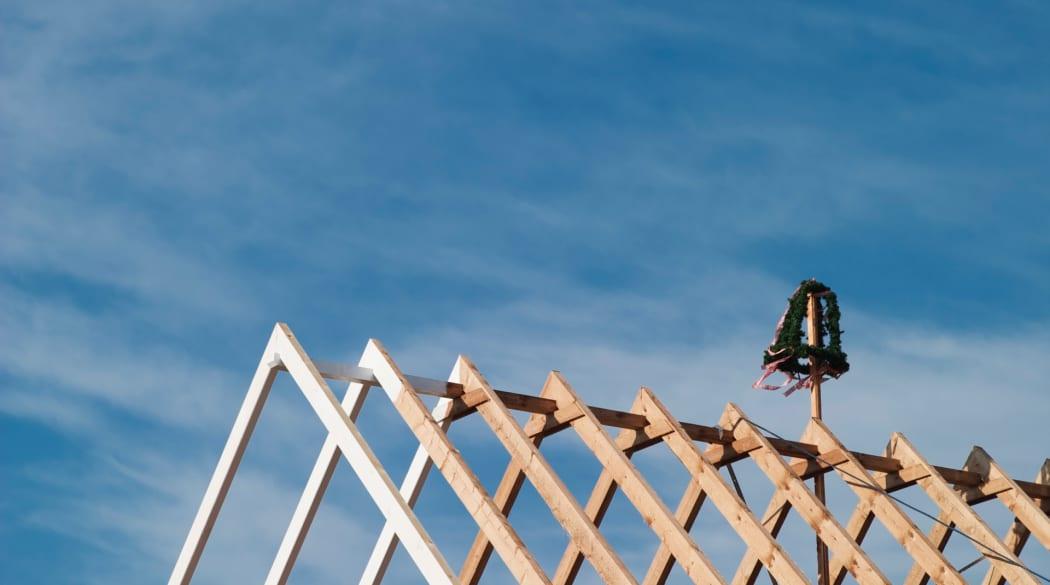 Dachaufstockung - hier ein roher Dachstuhl beim Richtfest