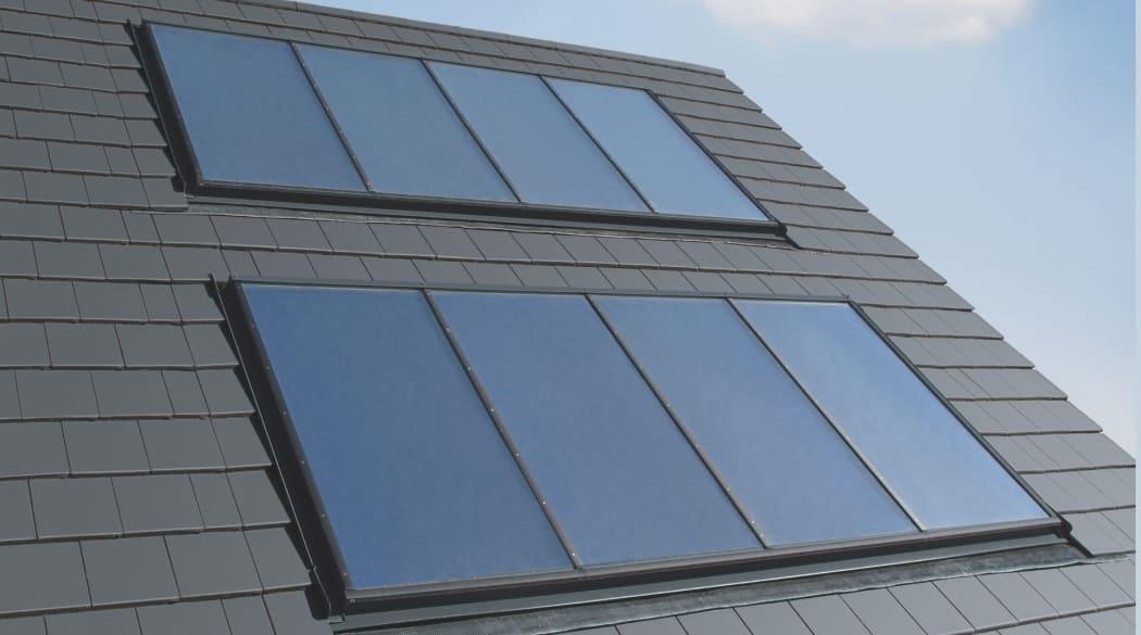 Flache Solarkollektoren auf dem Dach
