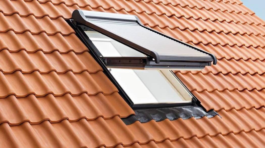 Ein geöffnetes Dachfenster mit Aussenrollladen