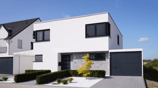 Ein modernes Haus mit Flachdach