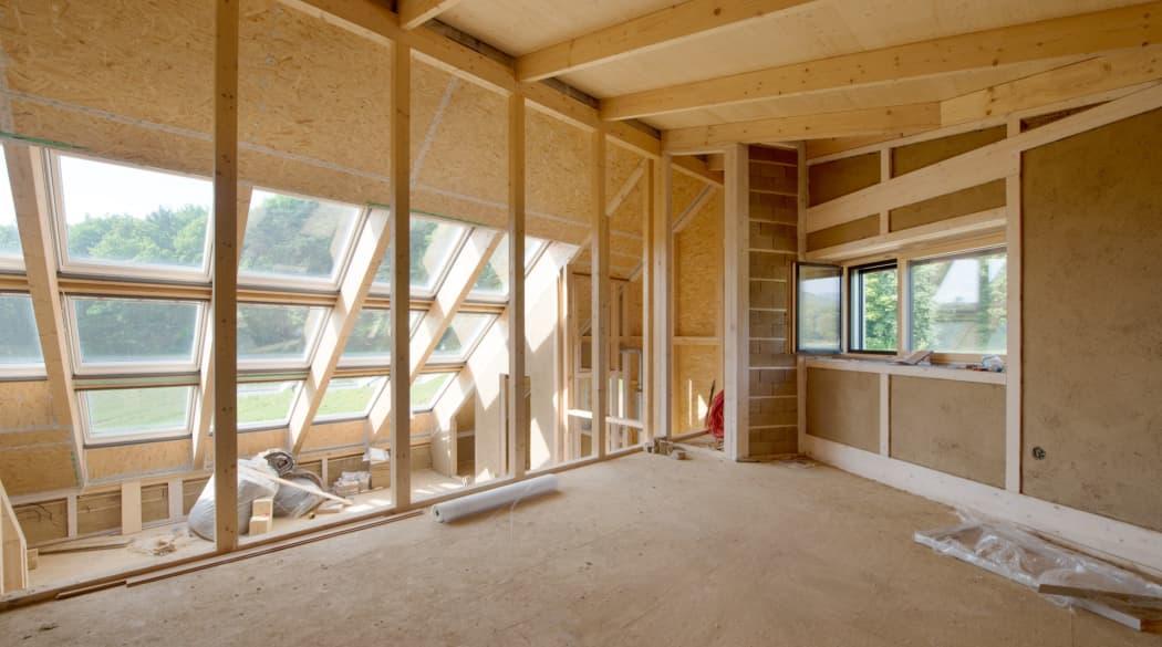 Innenansicht eines Hauses aus Holz im Entstehen