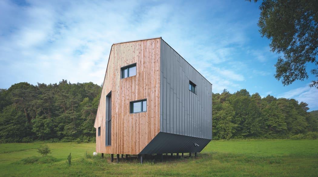 Außenansicht eines Passivhauses aus Holz und Metall von der Seite