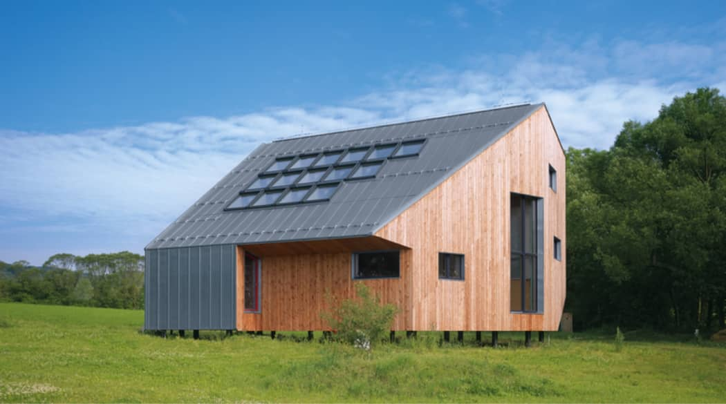 Ein Passivhaus mitten im Grünen, Südseite mit 15 Dachfenstern.