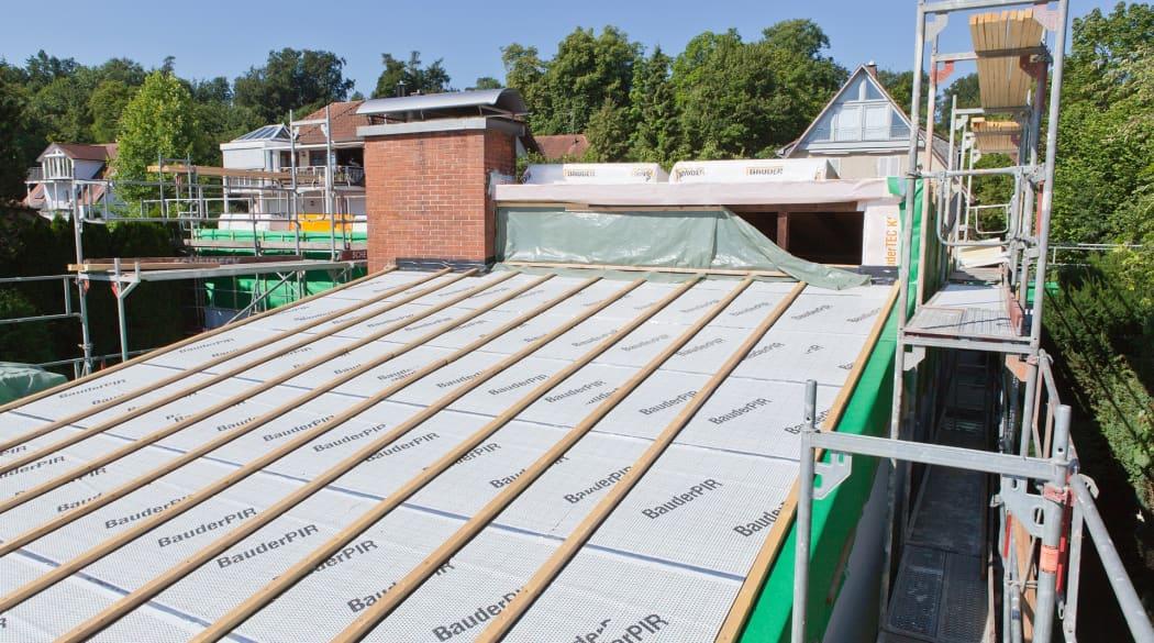 Ein Dach erhält eine neue Aufsparrendämmung