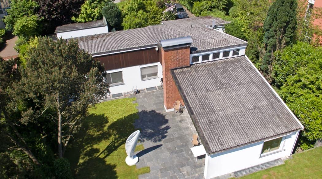 Eine Villa in Konstanz mit einem alten Dach aus Wellplatten, aus der Luft betrachtet
