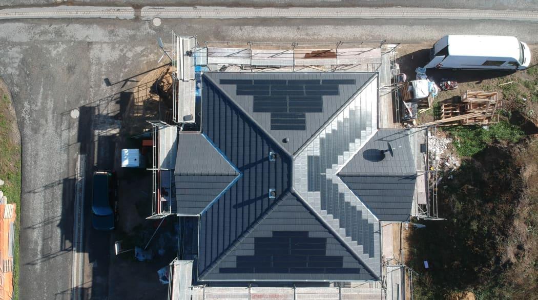 Ein Dach mit Solarziegeln, aufgenommen von oben mit einer Drohne