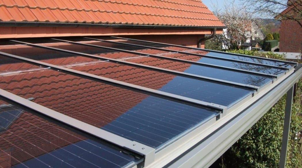 Solarmodule als Dach für eine Terrasse
