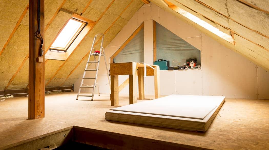 Ein Dachboden wird von innen gedämmt