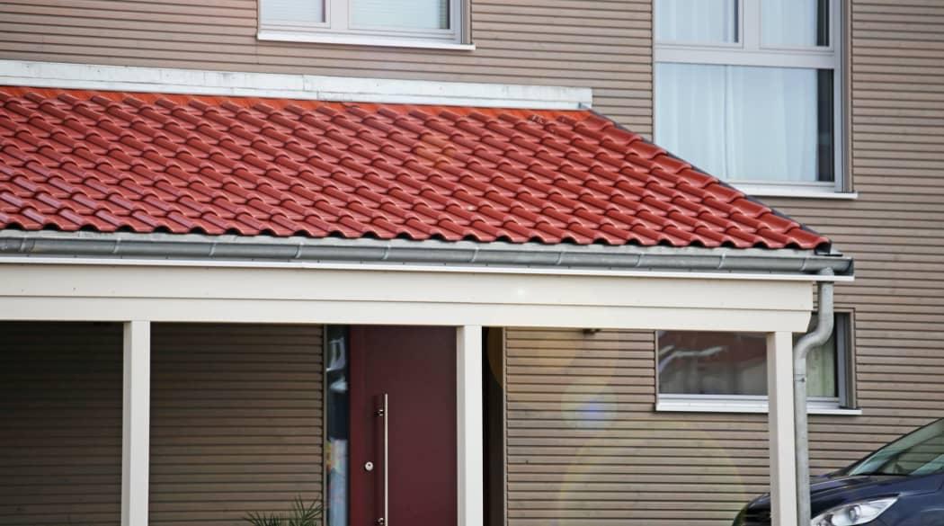 Carport-Dach: ein Carport mit roten Dachziegeln