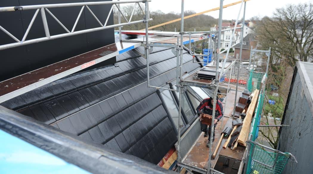 Dachausbau mit Innenausbau: Außenansicht der Baustelle mit Gerüst
