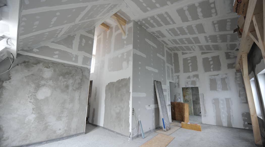 Dachausbau mit Innenausbau: im Inneren der Baustelle mit Trockenbauwänden