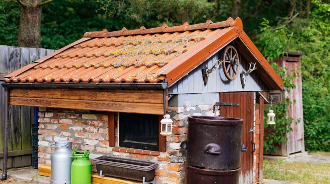 Gemauertes Gartenhaus mit Dach aus Betonsteinen