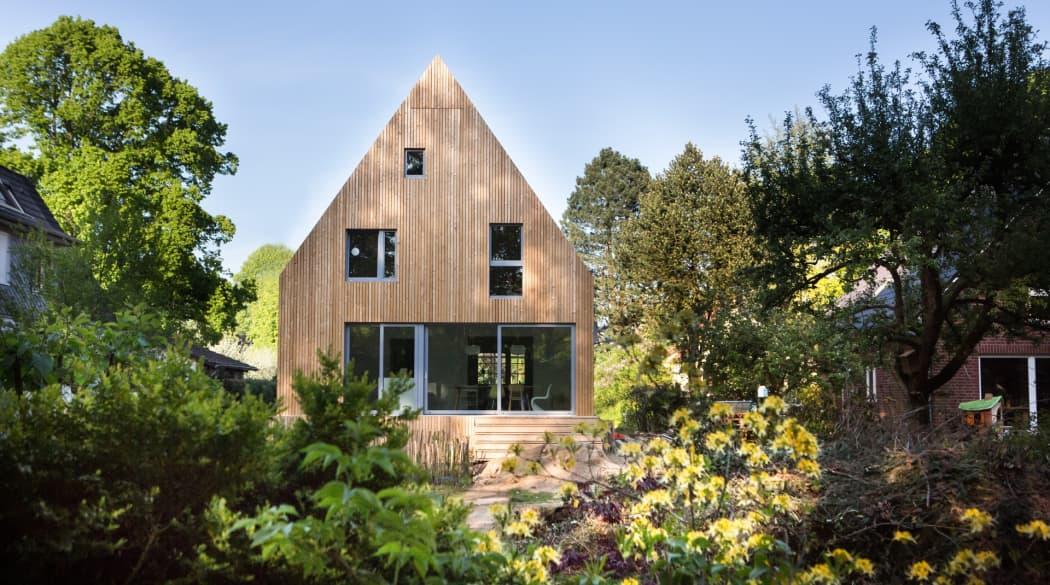Anbau aus Holz: Haus Wiebach aus dem Garten gesehen