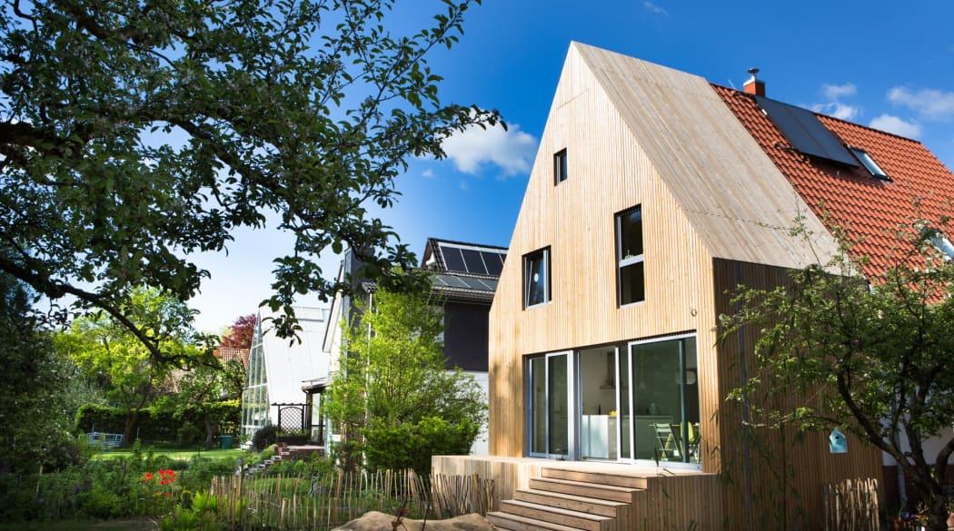 Anbau aus Holz: Haus Wiebach von der Seite gesehen