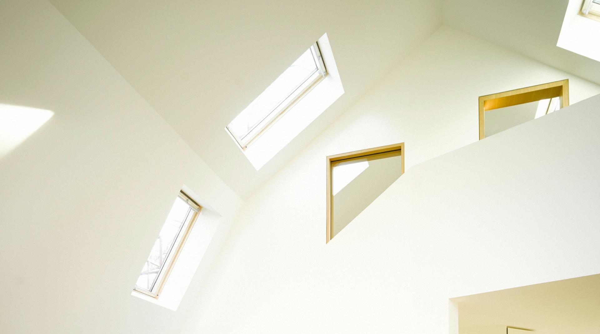 Gründerzeitvilla mit Dacherweiterung: die Innenansicht mit einem Fenster und einer Empore