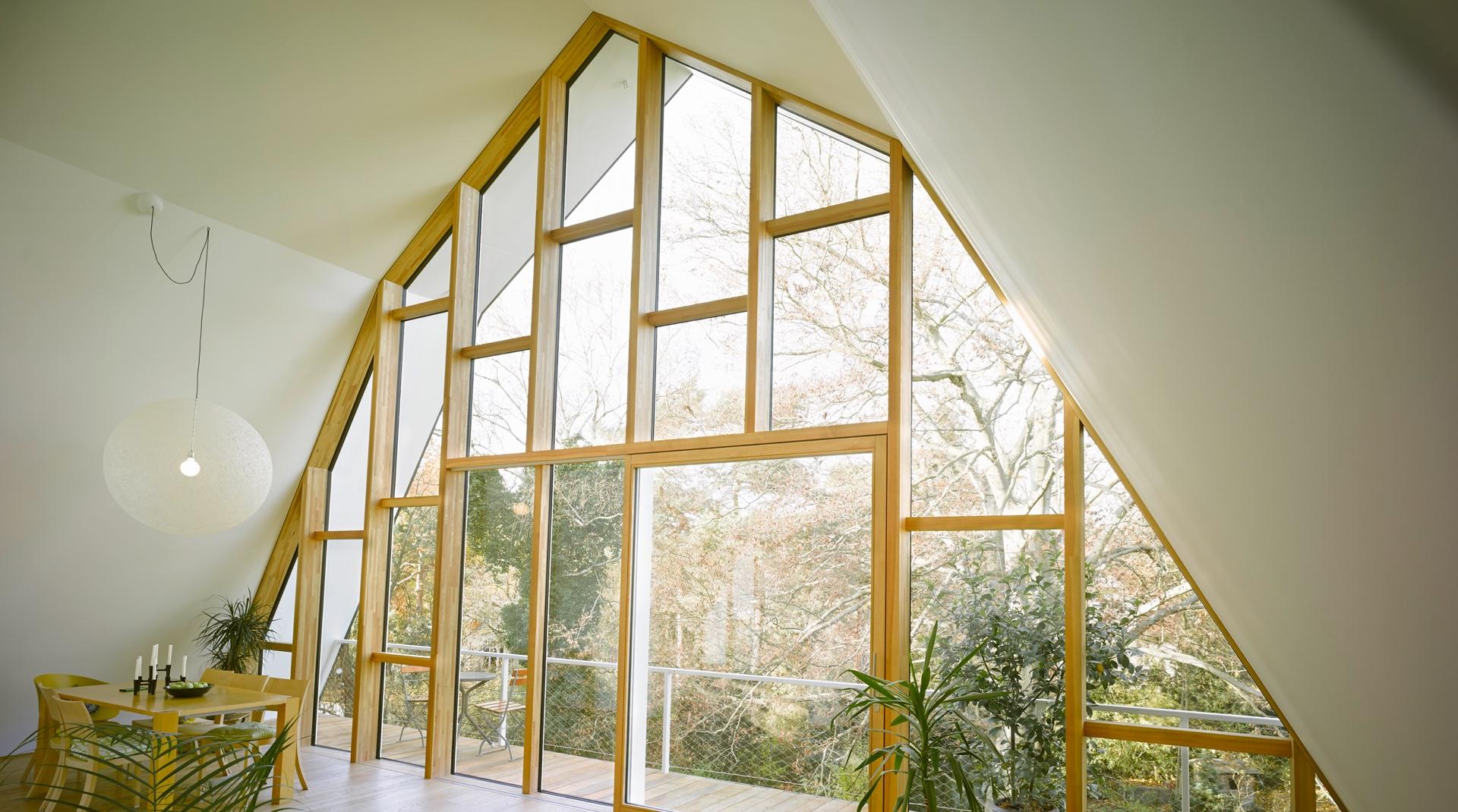 Gründerzeitvilla mit Dacherweiterung: große Fensterfront aus Glas