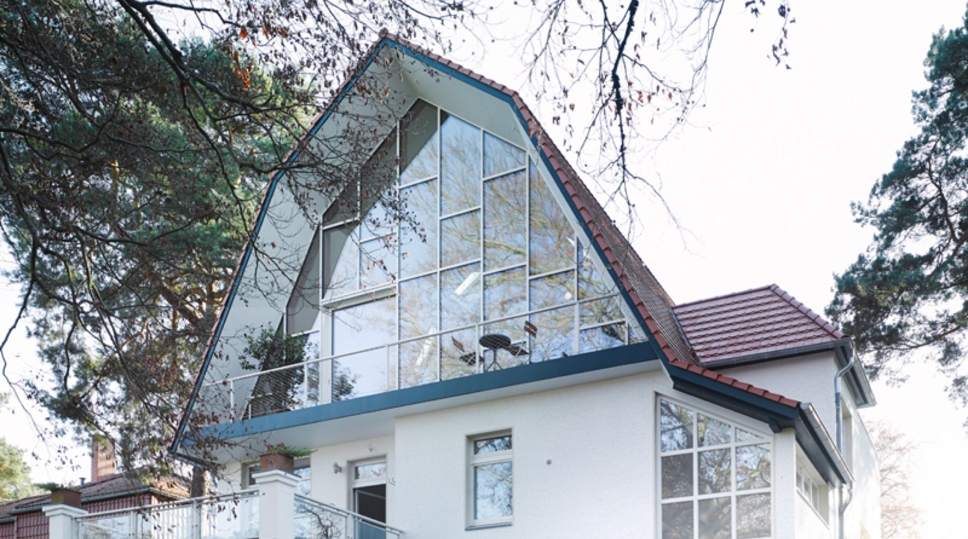 Gründerzeitvilla mit Dacherweiterung: Außenansicht vom Garten her