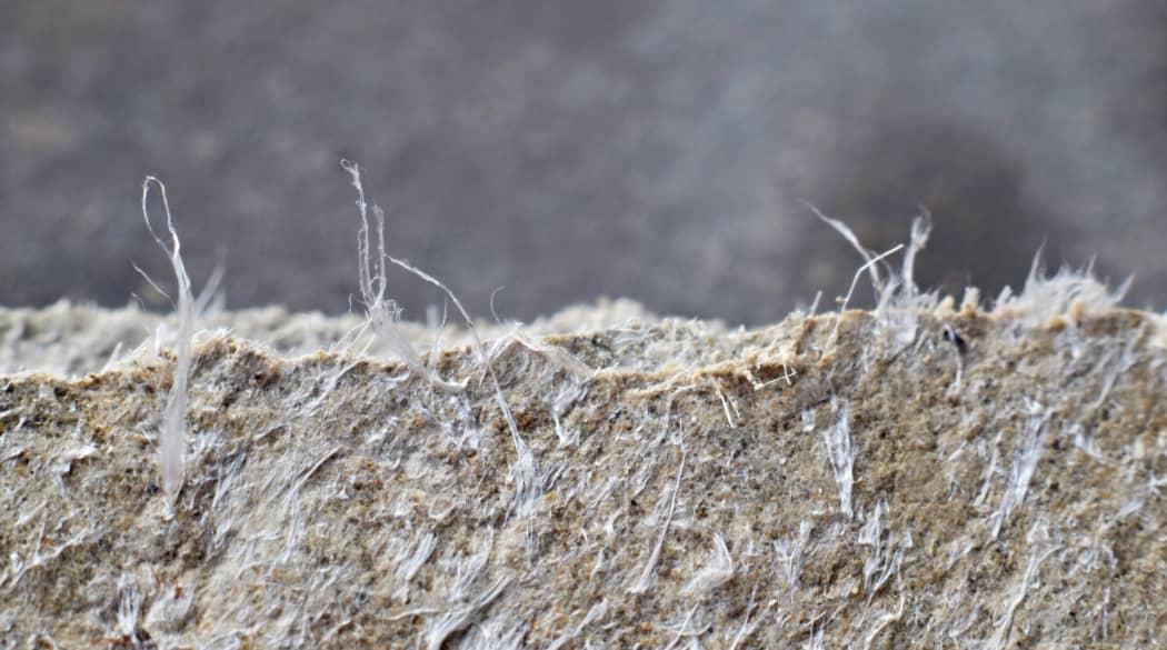 Kosten einer Dachsanierung: Kostenfalle Asbest, hier eine Asbestplatte in Nahaufnahme