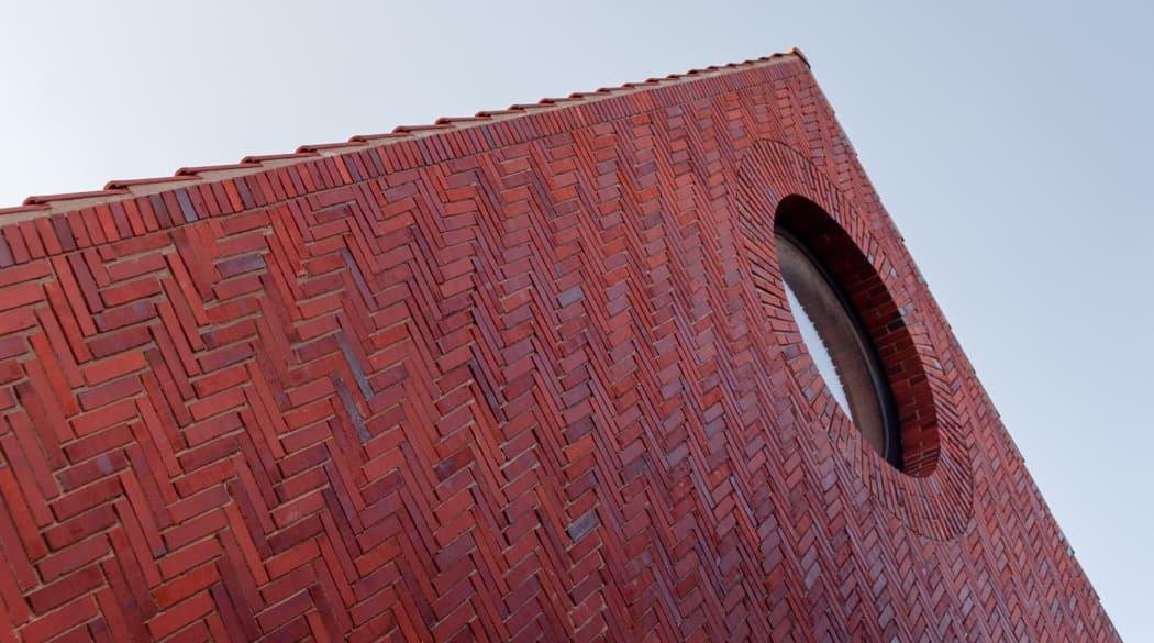 Thomas Kröger Architekt: Detailansicht des Giebels vom Haus am Deich