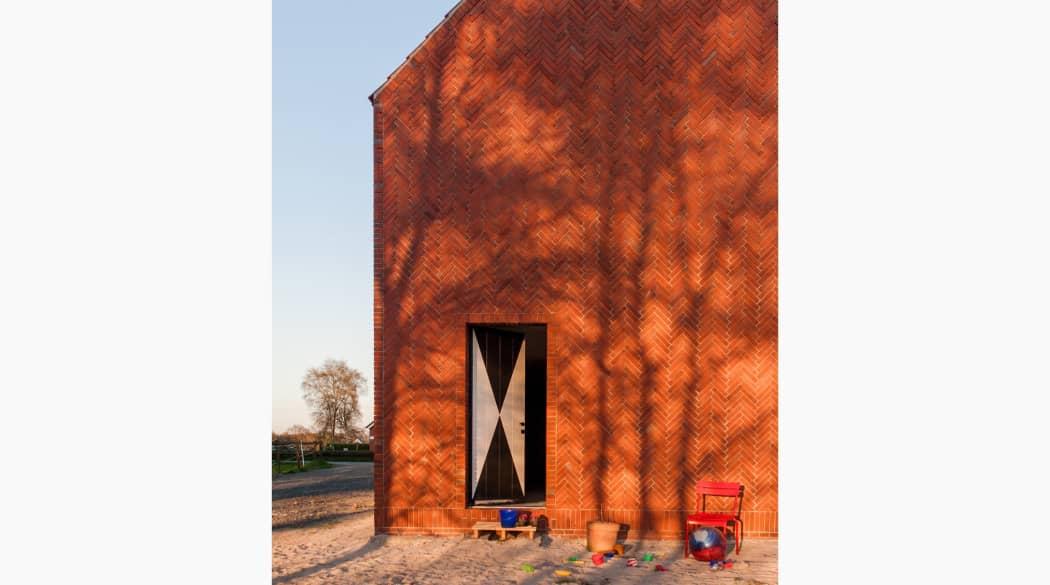 Thomas Kröger Architekt: die schwarz-weiß gemusterte Tür des Hauses am Deich