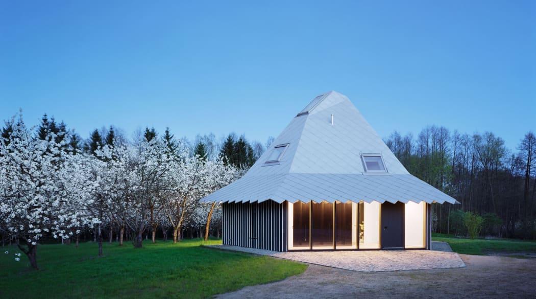 Thomas Kröger Architekt: der Pavillon am See in der Uckermark bei Nacht