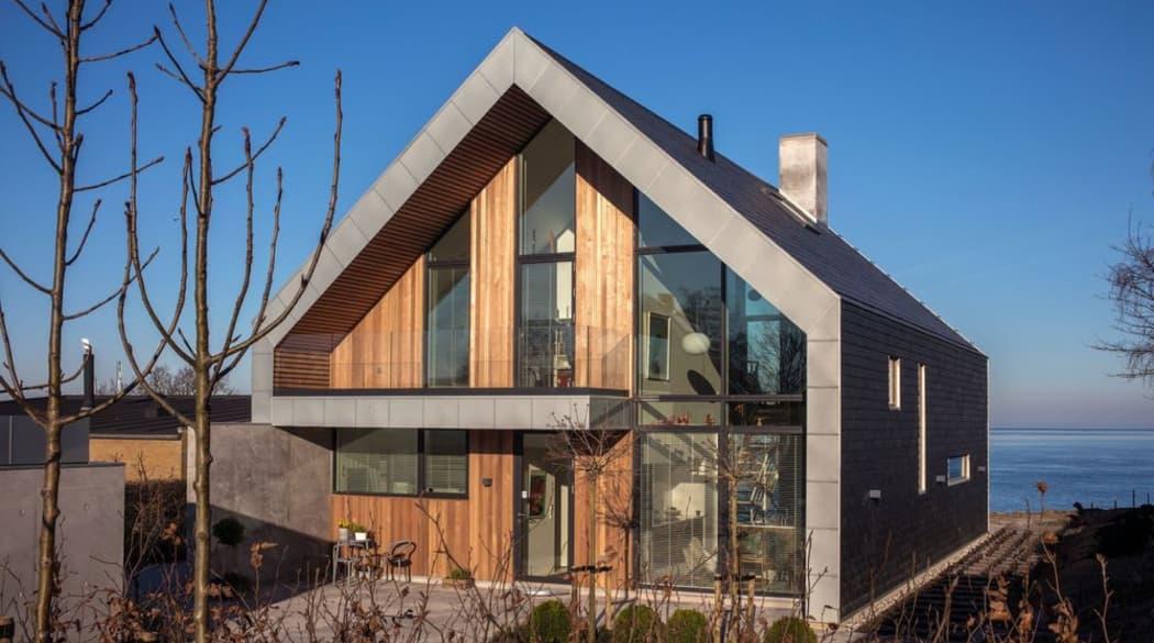 Die Villa P in Süddänemark im Tageslicht: ein Wohntraum aus Holz, Glas, Beton, Zink und Schiefer