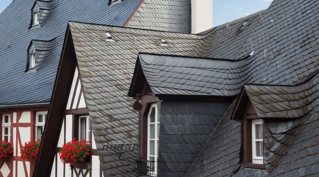 Schieferdach: zwei Fachwerkhäuser mit Schieferdach