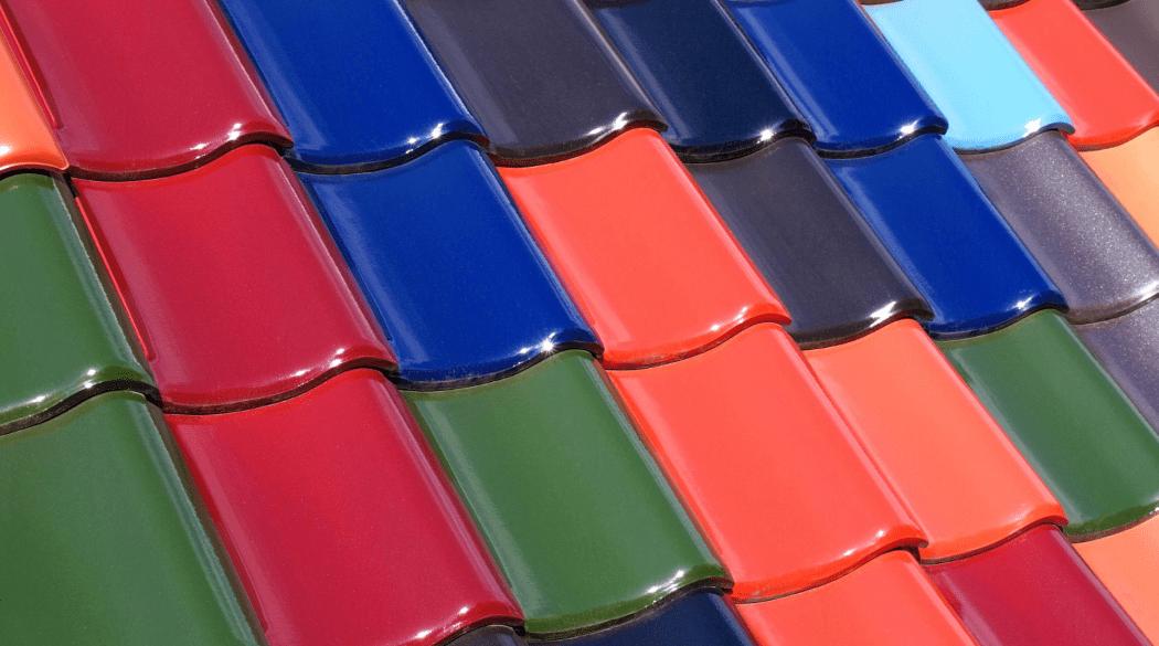 Dachziegelfarbe: Dachziegeln in verschiedensten Farben