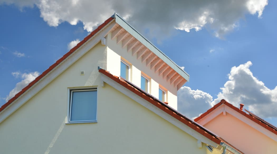 Pultdach: ein Haus mit zwei versetzten Pultdächern