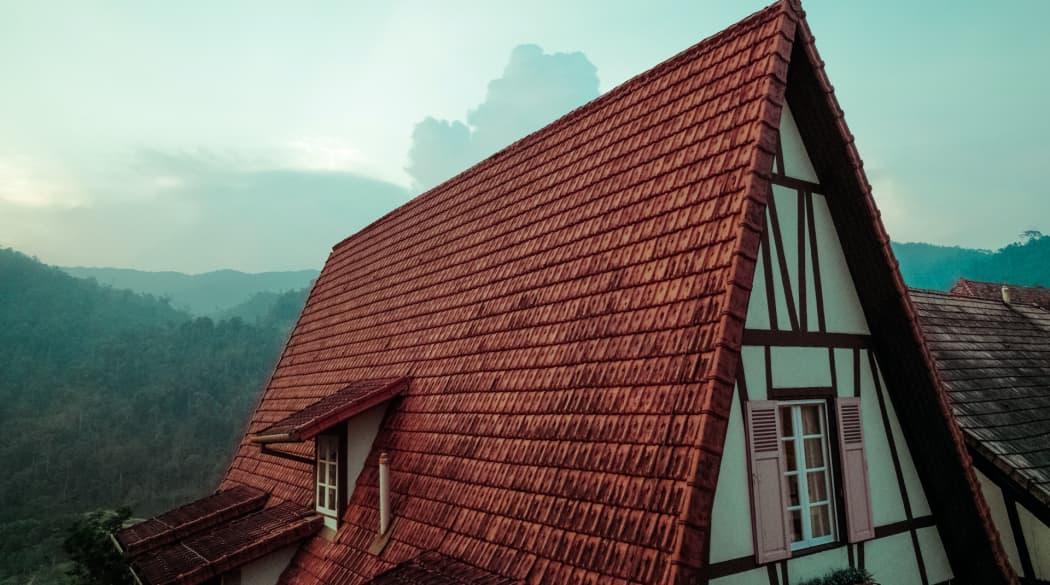 Satteldach: ein weißes Fachwerkhaus mit steilem, rotem Dach