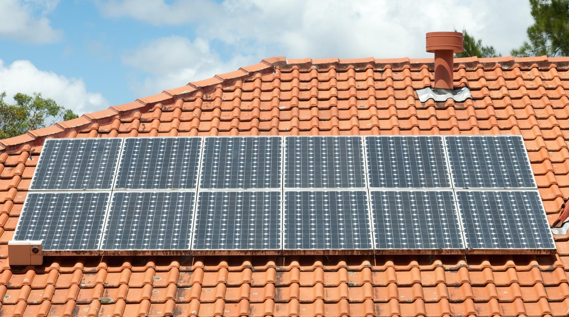 Rotes Walmdach mit Solarzellen