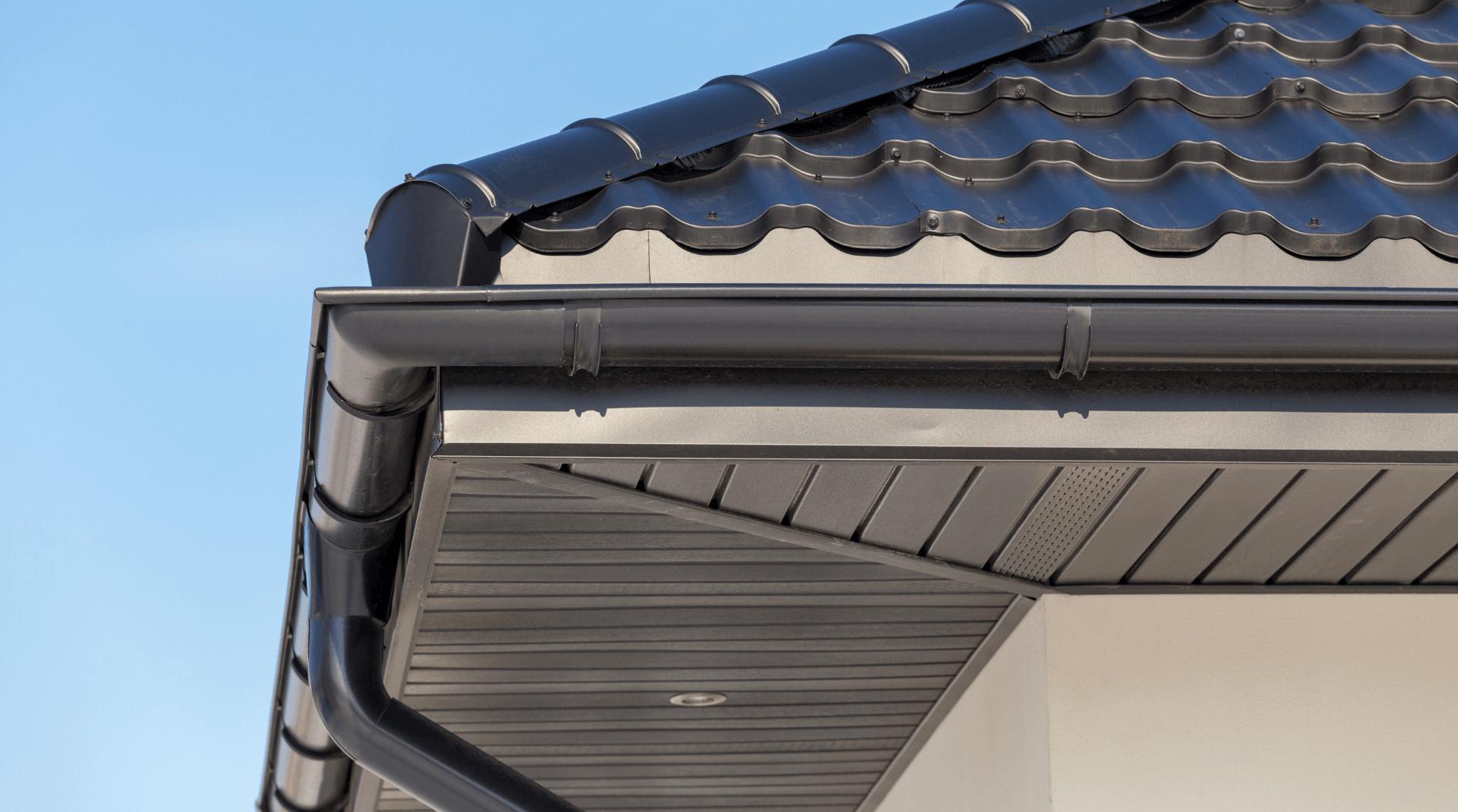 Breiter Dachüberstand mit dunklem Dach
