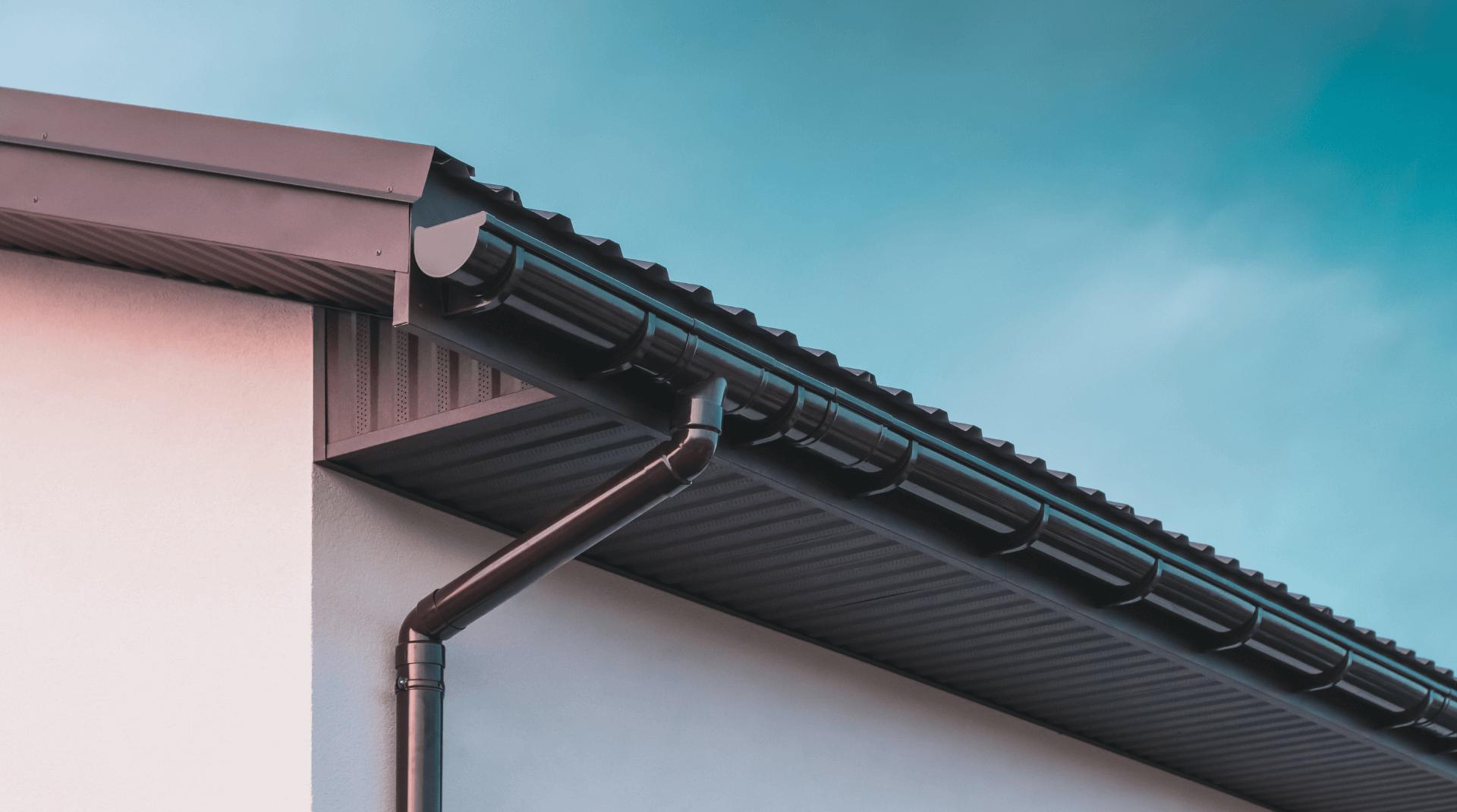 Haus mit Blechdach und dunklem Dachüberstand