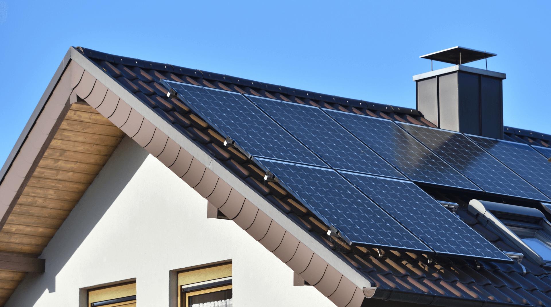 Klassisches Haus mit Dachüberstand und Photovoltaikanlage