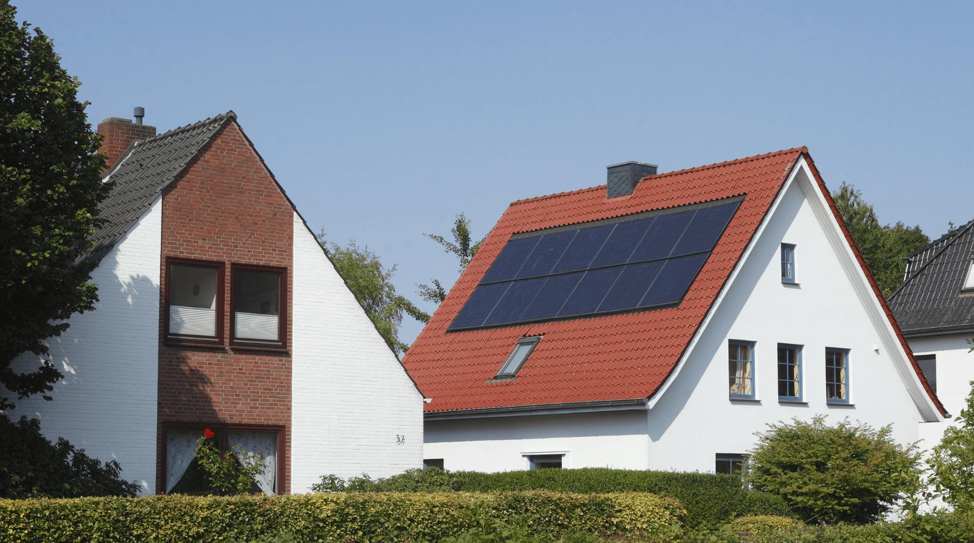 Ein Haus mit und ein Haus ohne Dachüberstand