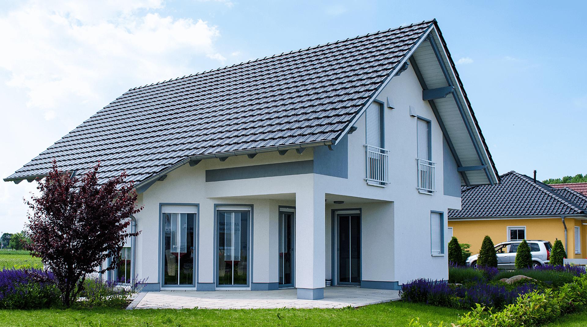 Weißes Einfamilienhaus mit großem Dachüberstand