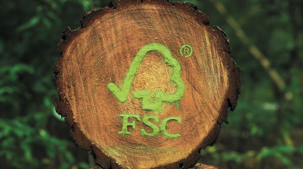 Querschnitt eines Baumstammes mit FSC-Logo