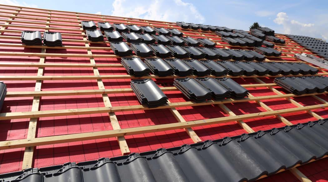 Dachbeschichtung: Dieses Haus wird mit neuen dunklen Ziegeln eingedeckt