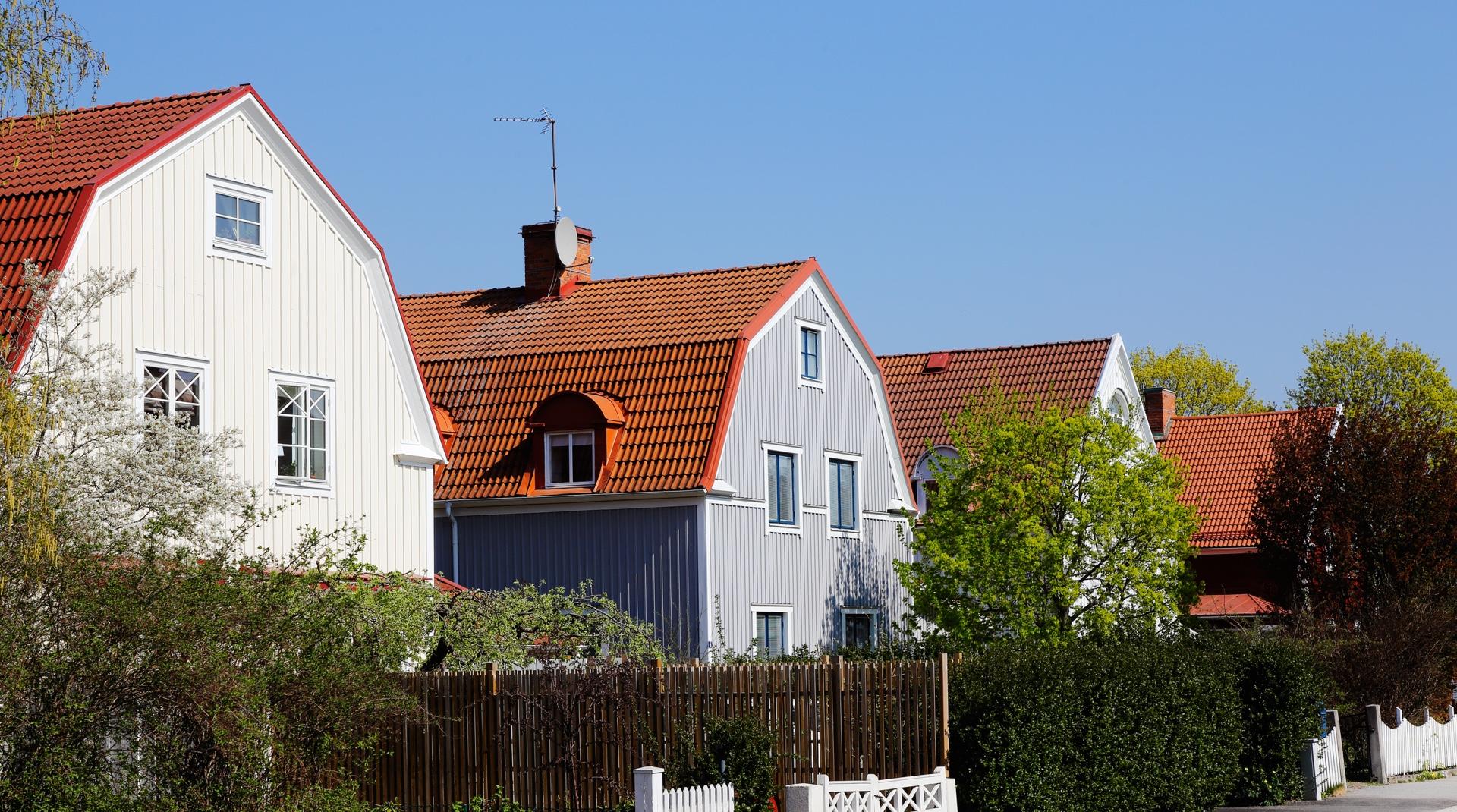 Beliebteste Dachformen: eine Häusersiedlung mit Mansardendächern