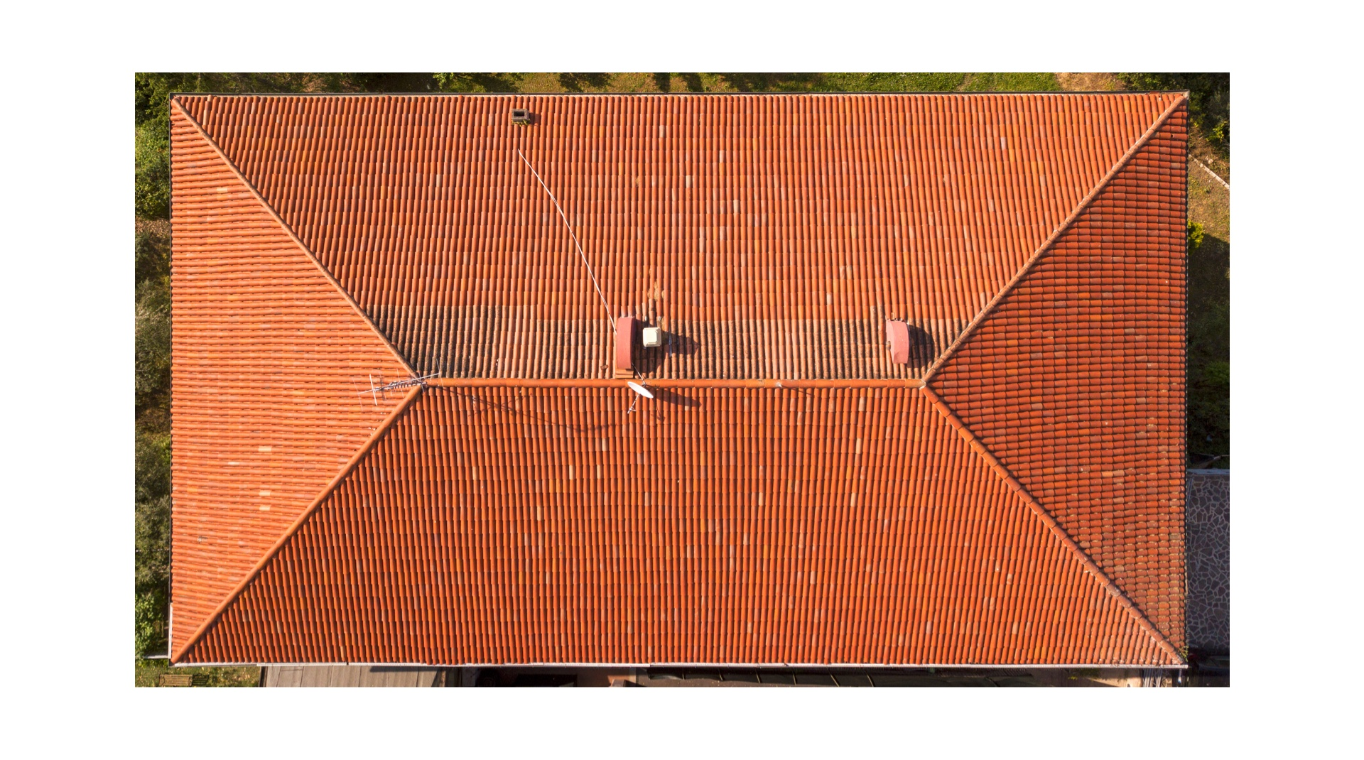 Beliebteste Dachformen: ein rotes Walmdach von oben fotografiert