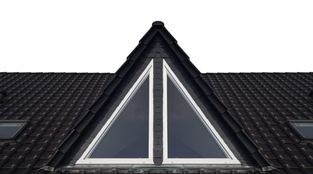 Ein dunkles Dach mit einer großen Spitzgaube