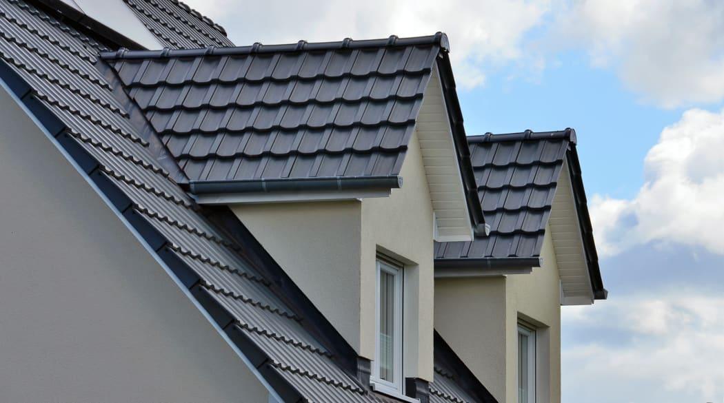 Dachgauben: zwei Satteldachgauben mit dunklen Ziegeln