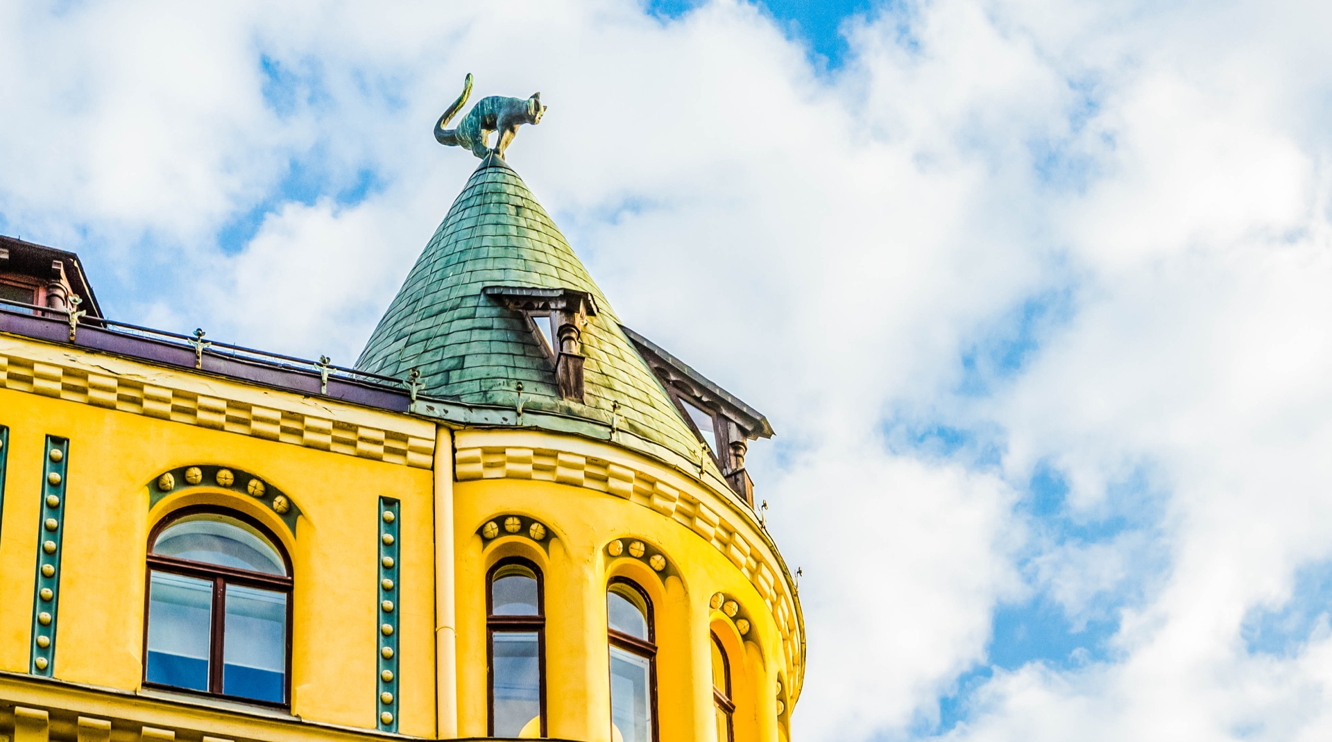 Dachschmuck: Das Katzenhaus in Riga mit seinen beiden Katzenfiguren auf den Dachtürmchen