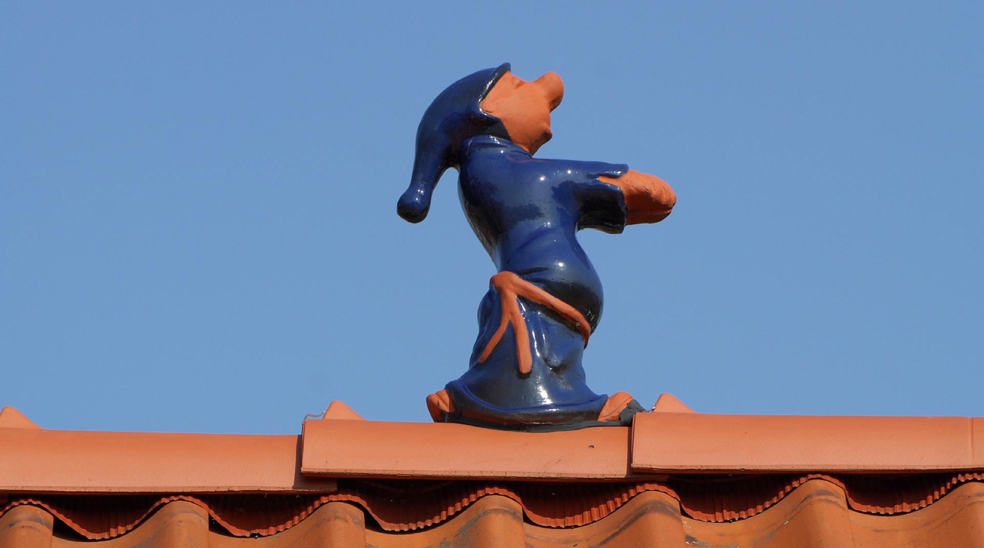 Dachschmuck: eine Schlafwandlerfigur auf einem Dachfirst
