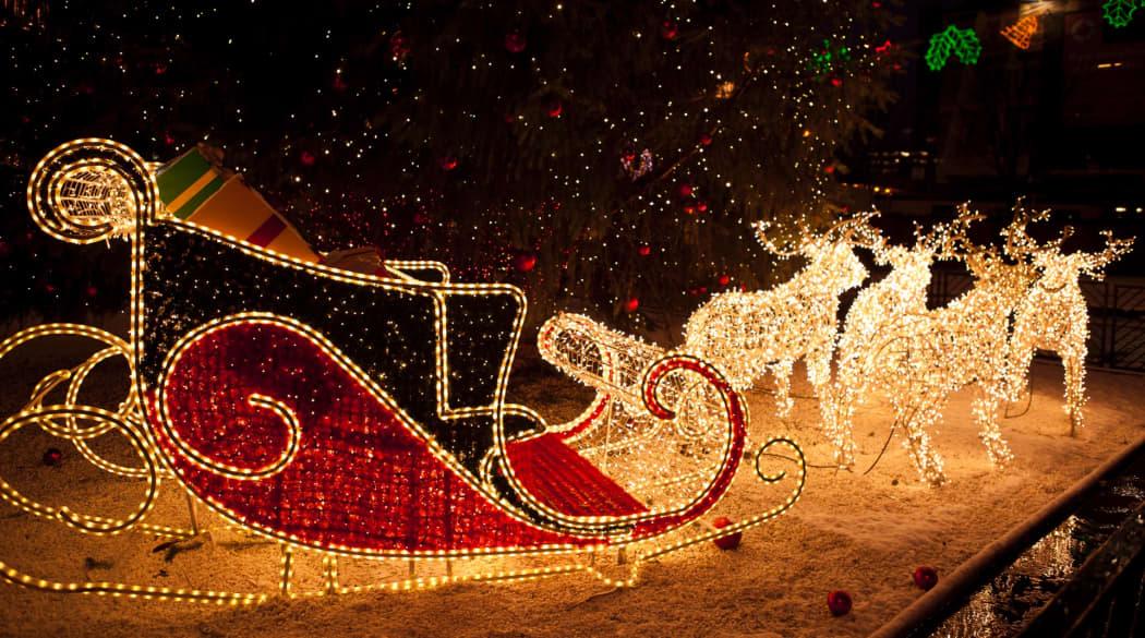 Dachschmuck: weihnachtlicher Schmuck fürs Dach, hier ein beleuchteter Rentierschlitten