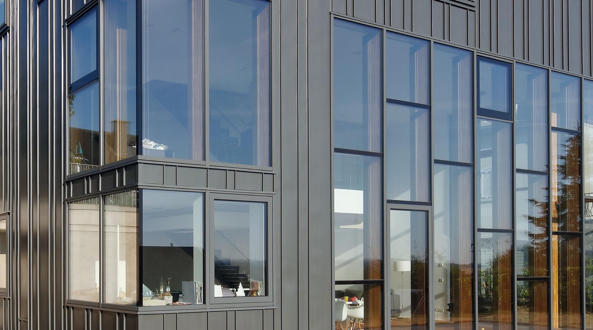Titanzink-Haus in Gonderange: die Fassade aus Glas und grauem Titanzink