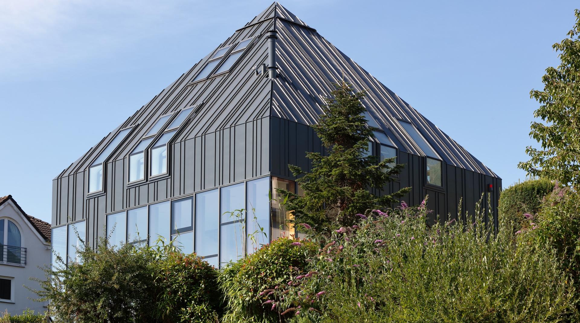 Titanzink-Haus in Gonderange: die Hausansicht aus dem Garten