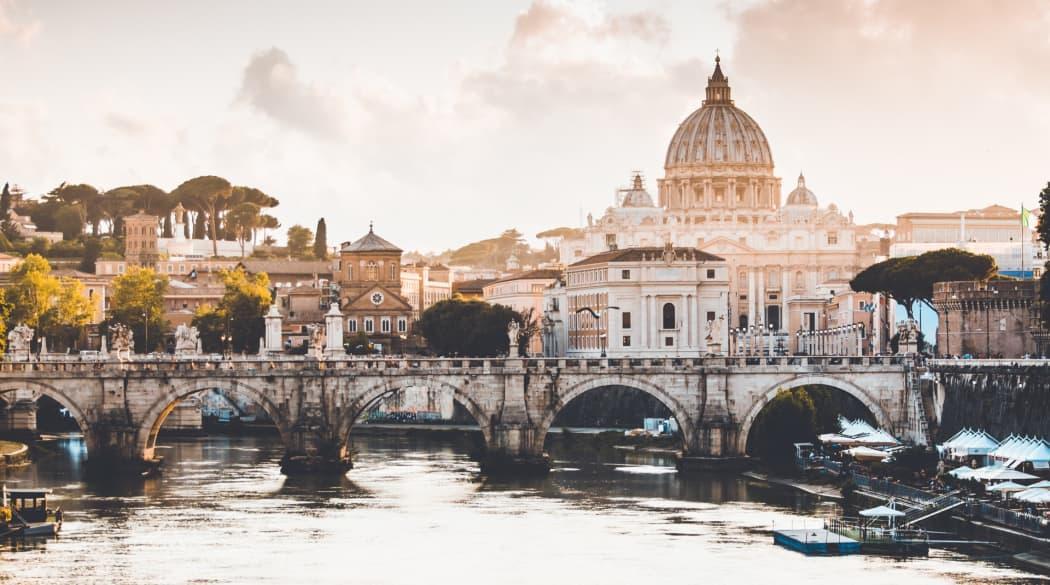 7 weltbekannte Dächer: der Petersdom in Rom in schöner Panorama-Ansicht